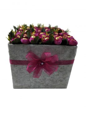 Kare Kutuda Özel Tasarım Çiçek İçerisinde Çikolata