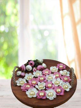 Ahşap Sunum Tepsisinde Çiçekli  Çikolata